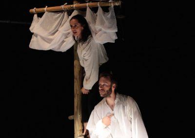 Photo d'une scène du spectacle L'atlantide. de la compagnie Mascarille. Photo d'un diaporama.