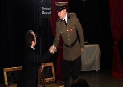 extrait d'une scène de la pièce de théâtre SS avec S ou l'on voit deux comédiens interprétant leur role. Image du diaporama des extraits de la pièce SS avec S de la compagnie Mascarille.