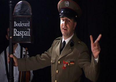 Image d'un comédien interprétant un SS dans la pièce de théâtre SS avec S. Photo faisant partie d'un diaporama d'extraits de la pièce joué par la compagnie Mascarille.