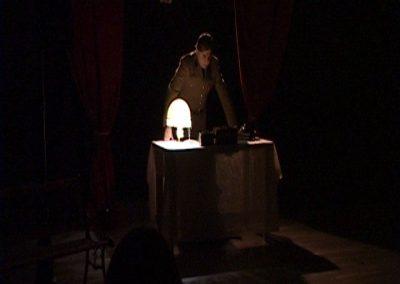 Photo d'un comédien dans une scène de la pièce de théâtre SS avec S de la compagnie Mascarille. Image incluse dans un diaporama montrant des extraits du spectacle.