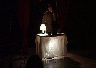 Photos d'un comédien de la compagnie Mascarille en train de jouer son role dans la pièce de théâtre SS avec S de la compagnie Mascarille. Photo du diaporama de la pièce.