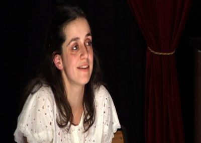 Photo de la comédienne Cécile petit interprétant son personnage dans la pièce de théatre créé par la compagnie Mascarille SS avec S. Photo d'un diaporama cliquable qui montre d'autres images et scène de la pièce.