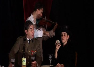 photo d'une scène de la pièce de théâtre SS avec S. photo de diaporama.