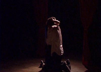deux comédiens s'enlaçant dans une scène de la pièce de théâtre SS avec S. Photo du diaporama des scènes du spectacle de la compagnie Mascarille.